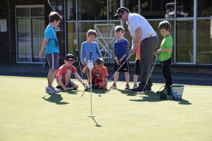 Pro teaching kids to putt